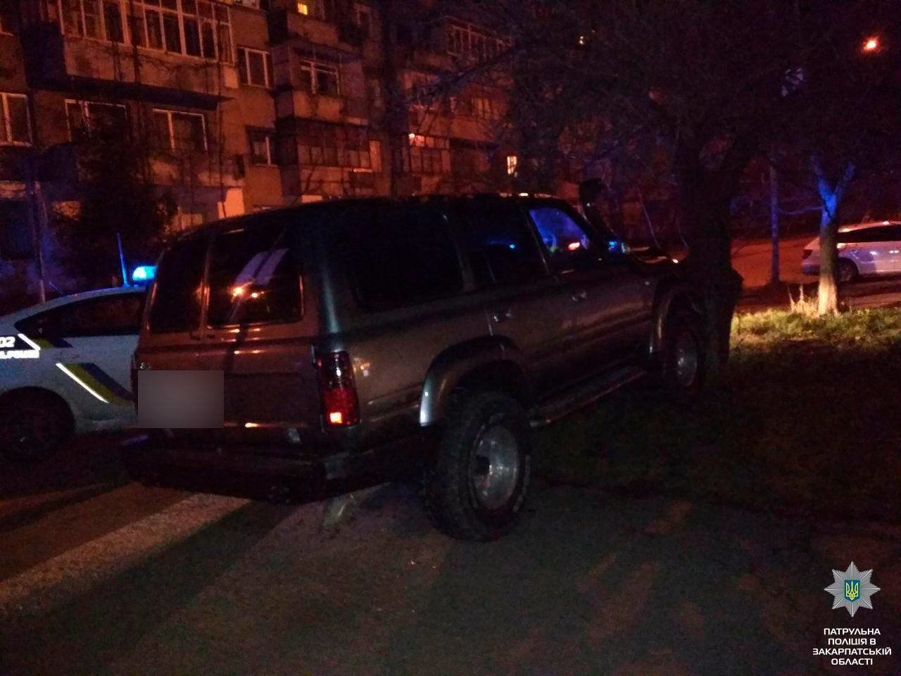 """В Ужгороді п'яний водій """"Тойоти"""" вирішив """"зіграти"""" в GTA на дорогах міста і врізався у дерево: фото, фото-1"""