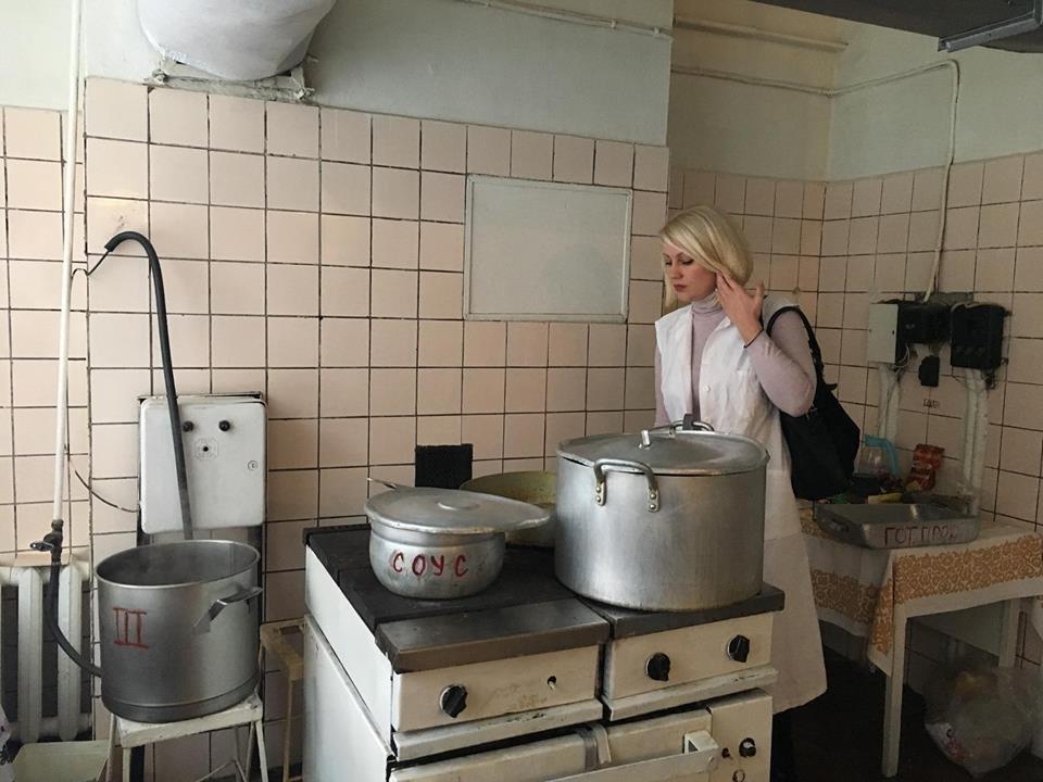 """Після резонансу у ЗМІ чиновники ужгородської мерії скуштували """"баланду"""", якою годують """"першачків"""" у ЗОШ №7: фото, фото-1"""