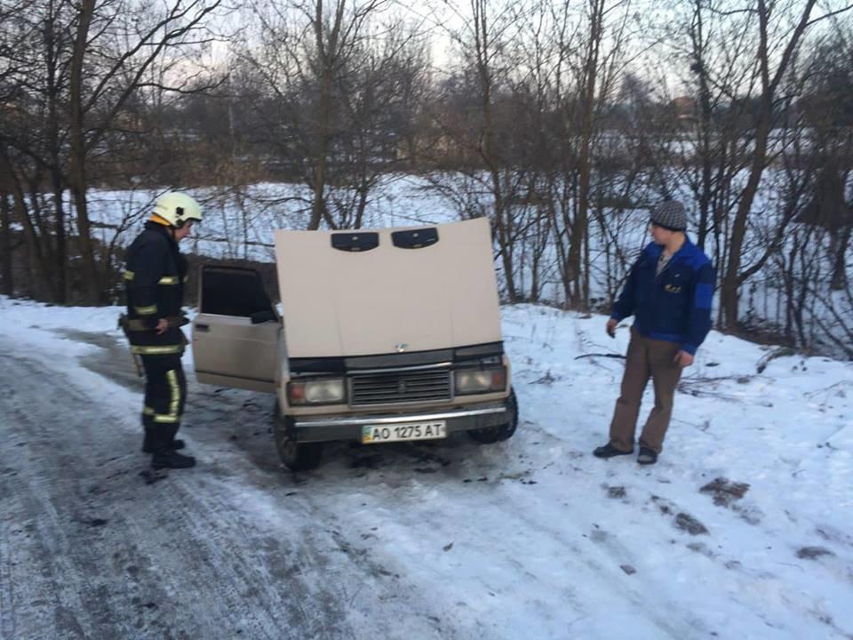 Пожежу гасило 4-ро рятувальників: на Іршавщині під час руху загорівся ВАЗ (ФОТО), фото-1