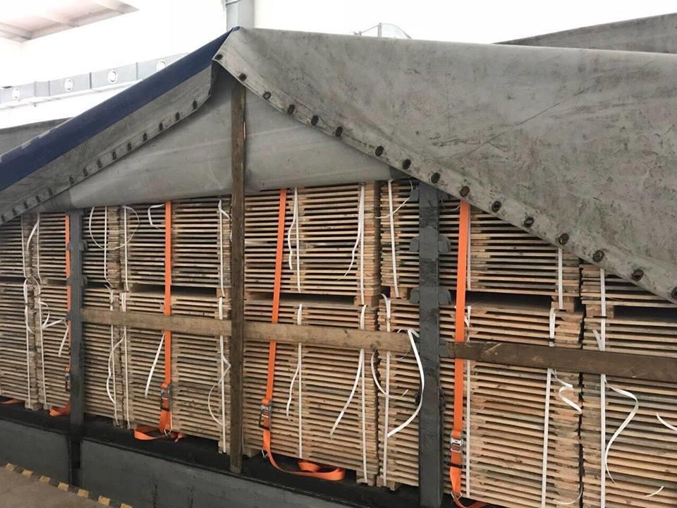 """На КПП """"Ужгород"""" обшукують фуру контрабандистів: з Росії в Чехію везли дошки, напаковані цигарками (ОПЕРАТИВНІ ФОТО), фото-2"""