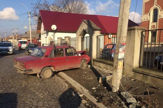 """У Виноградові п'яний водій на """"Жигулях"""" врізався у """"Мерседес"""", а потім """"влетів"""" у електроопору: фото, фото-1"""