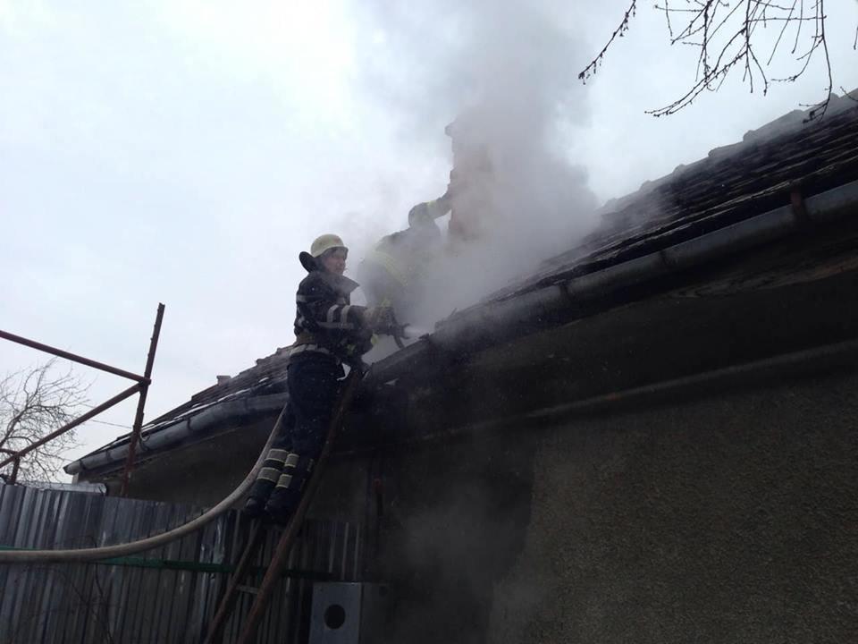У Мукачеві - пожежа у житловому будинку: вогонь приборкували 9 рятувальників (ФОТО) , фото-1