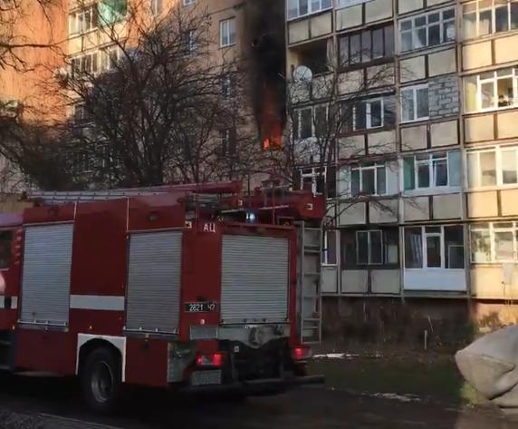 В Ужгороді на вулиці Годинки горить квартира: на місці працюють 4 пожежні машини (ВІДЕО), фото-1