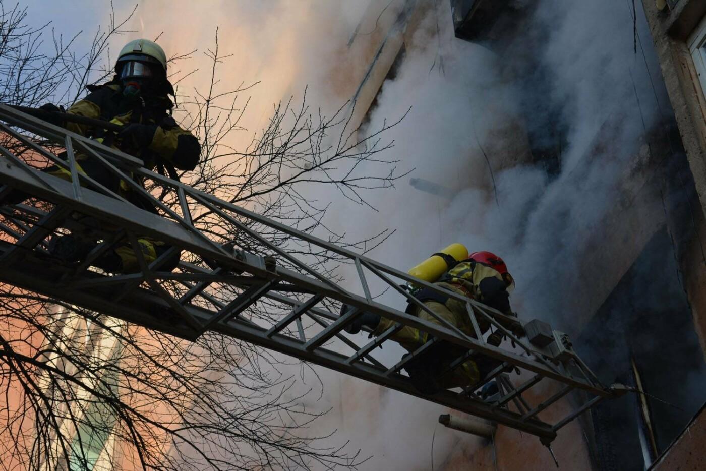 Через пожежу у багатоповерхівці на Годинки в Ужгороді евакуювали 20 чоловік, згоріли 2 кімнати (ФОТО, ВІДЕО, УСІ ПОДРОБИЦІ), фото-7