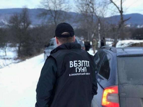 Біля Ужгорода затримали нелегалів з 9-місячною дитиною та їхнього провідника, у якого вилучили 7900 євро: фото, фото-2