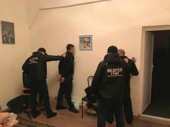 Біля Ужгорода затримали нелегалів з 9-місячною дитиною та їхнього провідника, у якого вилучили 7900 євро: фото, фото-4