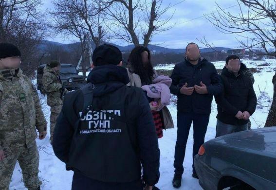 Біля Ужгорода затримали нелегалів з 9-місячною дитиною та їхнього провідника, у якого вилучили 7900 євро: фото, фото-1