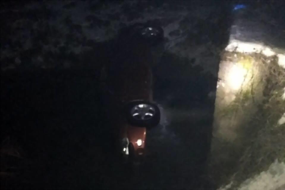 Жахлива ДТП на Закарпатті: автомобіль перекинувся у річку - двоє людей загинули, одному вдалося вибратися (ФОТО) , фото-1
