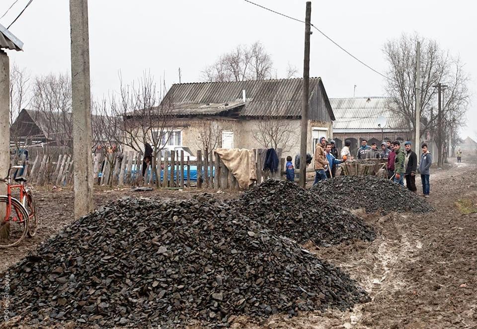 Роми, які мешкають у циганському таборі на Закарпатті, зібрали гроші і власноруч проклали 1 кілометр дороги: фоторепортаж, фото-2