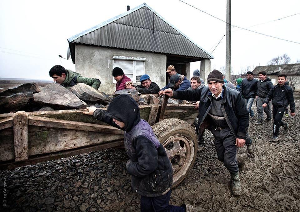 Роми, які мешкають у циганському таборі на Закарпатті, зібрали гроші і власноруч проклали 1 кілометр дороги: фоторепортаж, фото-1