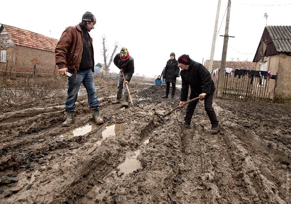 Роми, які мешкають у циганському таборі на Закарпатті, зібрали гроші і власноруч проклали 1 кілометр дороги: фоторепортаж, фото-3