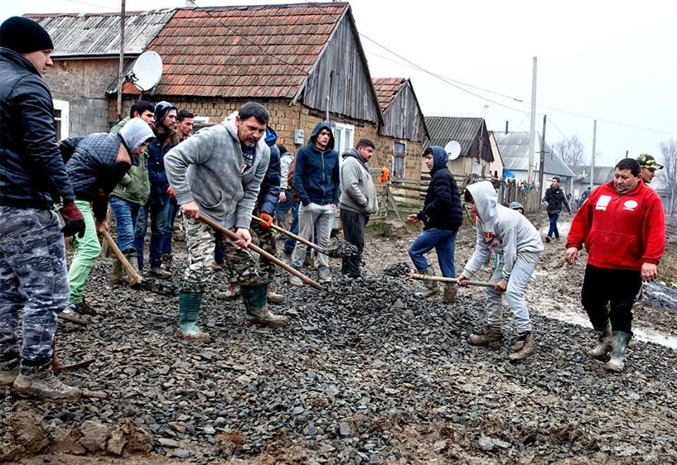 Роми, які мешкають у циганському таборі на Закарпатті, зібрали гроші і власноруч проклали 1 кілометр дороги: фоторепортаж, фото-11