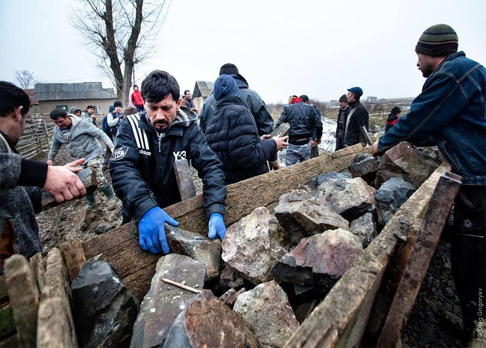 Роми, які мешкають у циганському таборі на Закарпатті, зібрали гроші і власноруч проклали 1 кілометр дороги: фоторепортаж, фото-4