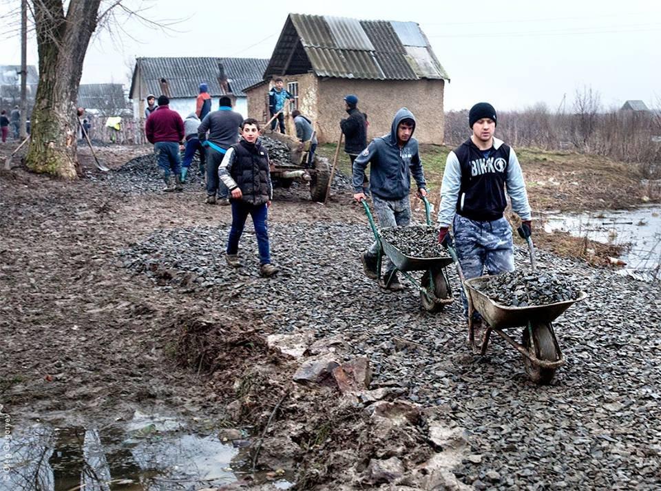 Роми, які мешкають у циганському таборі на Закарпатті, зібрали гроші і власноруч проклали 1 кілометр дороги: фоторепортаж, фото-14