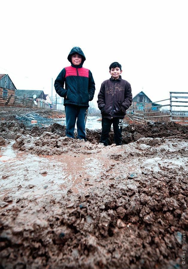 Роми, які мешкають у циганському таборі на Закарпатті, зібрали гроші і власноруч проклали 1 кілометр дороги: фоторепортаж, фото-6