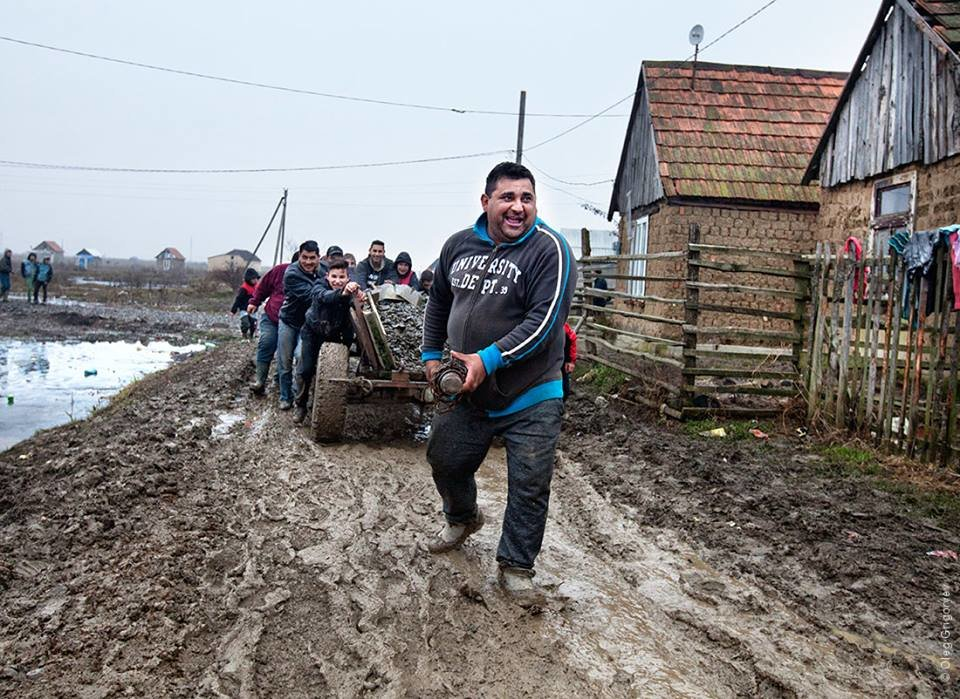 Роми, які мешкають у циганському таборі на Закарпатті, зібрали гроші і власноруч проклали 1 кілометр дороги: фоторепортаж, фото-15