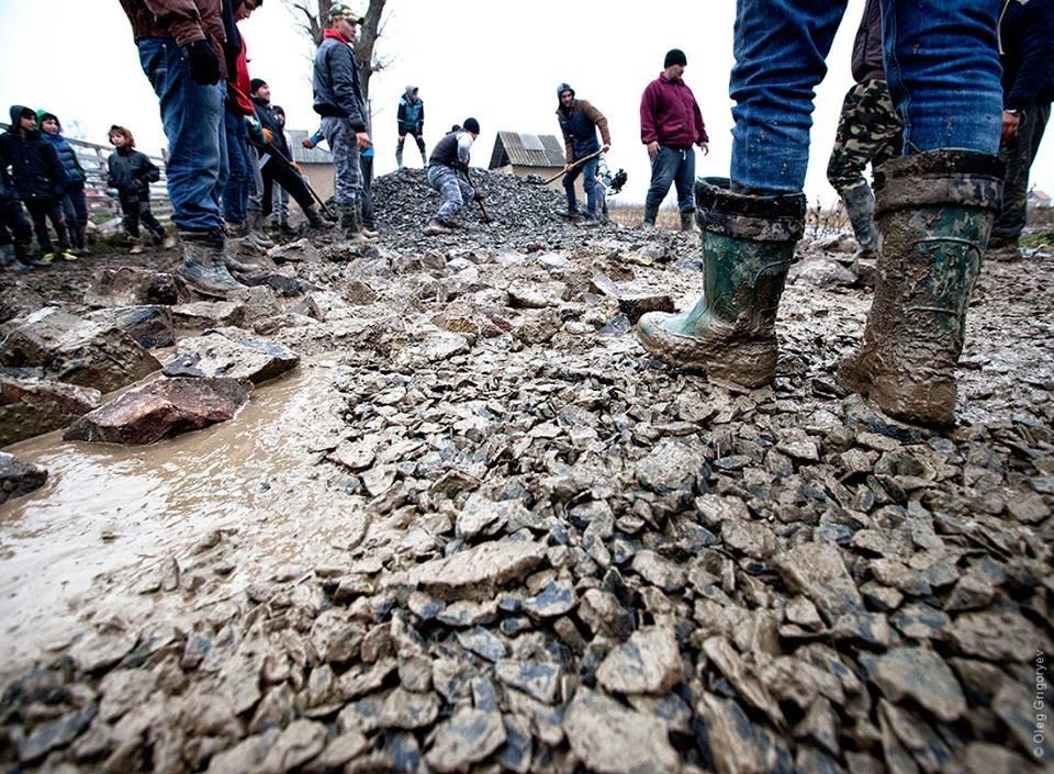 Роми, які мешкають у циганському таборі на Закарпатті, зібрали гроші і власноруч проклали 1 кілометр дороги: фоторепортаж, фото-17