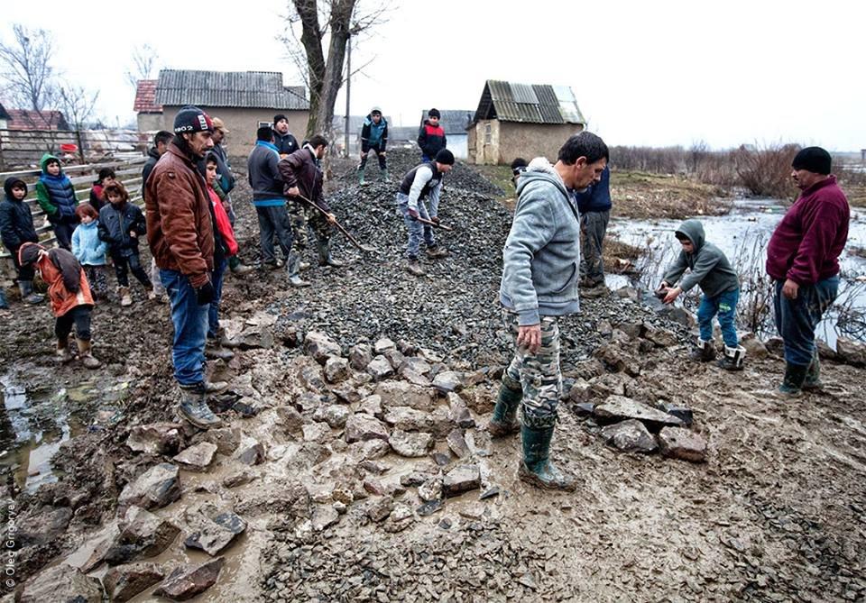 Роми, які мешкають у циганському таборі на Закарпатті, зібрали гроші і власноруч проклали 1 кілометр дороги: фоторепортаж, фото-16