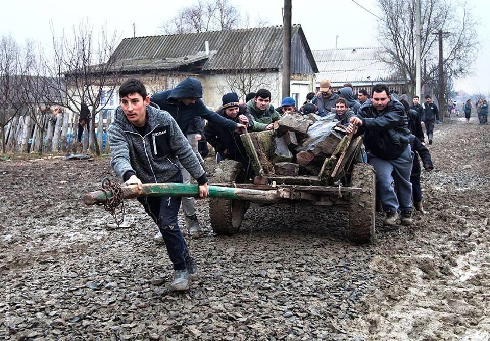 Роми, які мешкають у циганському таборі на Закарпатті, зібрали гроші і власноруч проклали 1 кілометр дороги: фоторепортаж, фото-18