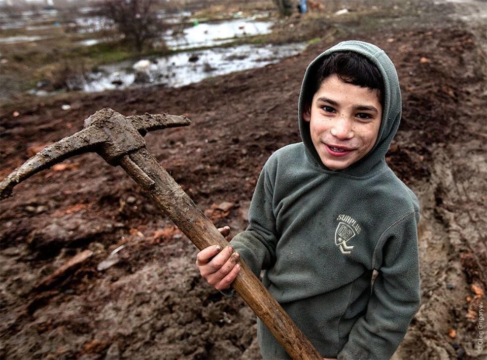Роми, які мешкають у циганському таборі на Закарпатті, зібрали гроші і власноруч проклали 1 кілометр дороги: фоторепортаж, фото-10