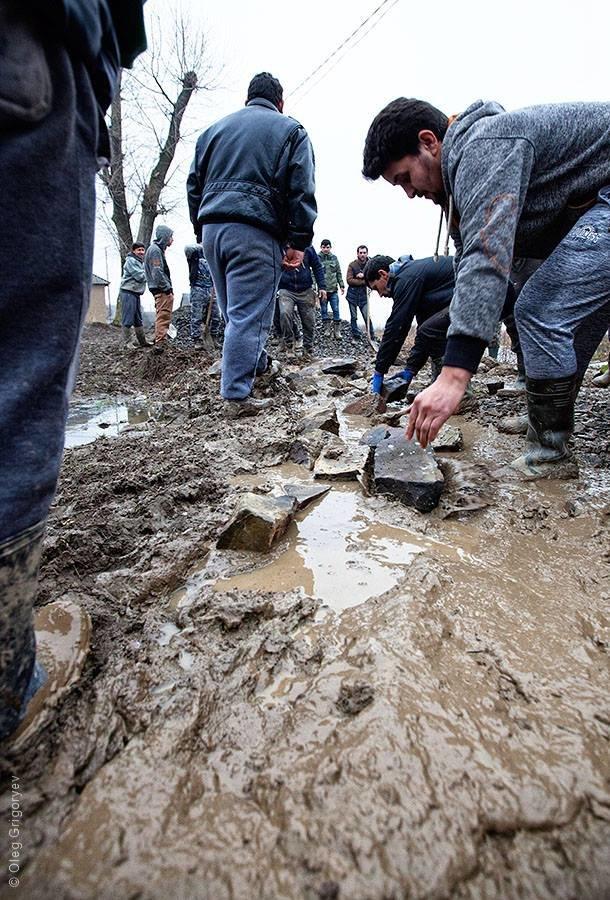 Роми, які мешкають у циганському таборі на Закарпатті, зібрали гроші і власноруч проклали 1 кілометр дороги: фоторепортаж, фото-7