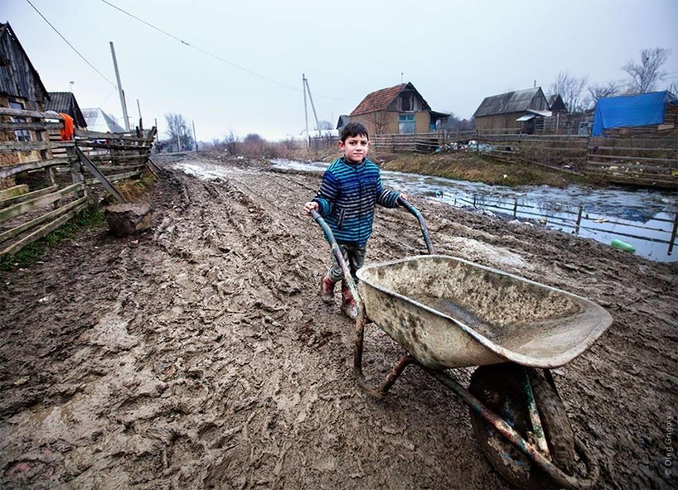 Роми, які мешкають у циганському таборі на Закарпатті, зібрали гроші і власноруч проклали 1 кілометр дороги: фоторепортаж, фото-13