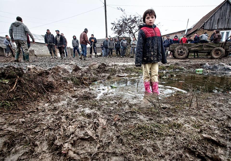 Роми, які мешкають у циганському таборі на Закарпатті, зібрали гроші і власноруч проклали 1 кілометр дороги: фоторепортаж, фото-12