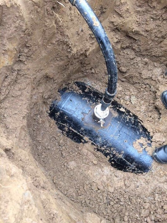На Закарпатті 5-ро чоловіків відкачали із нафтопроводу 80 тон пального на 1,7 мільйонів гривень: фото , фото-1
