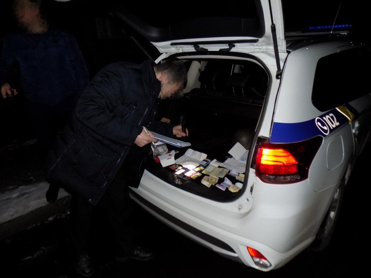 На Перечинщині поліція затримала неадекватного чоловіка з пакунком наркотиків: фото, фото-1