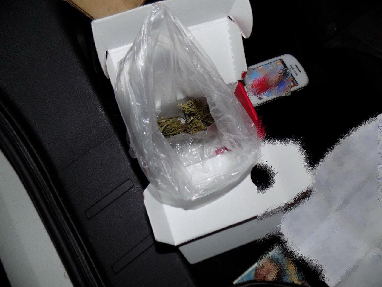 На Перечинщині поліція затримала неадекватного чоловіка з пакунком наркотиків: фото, фото-2