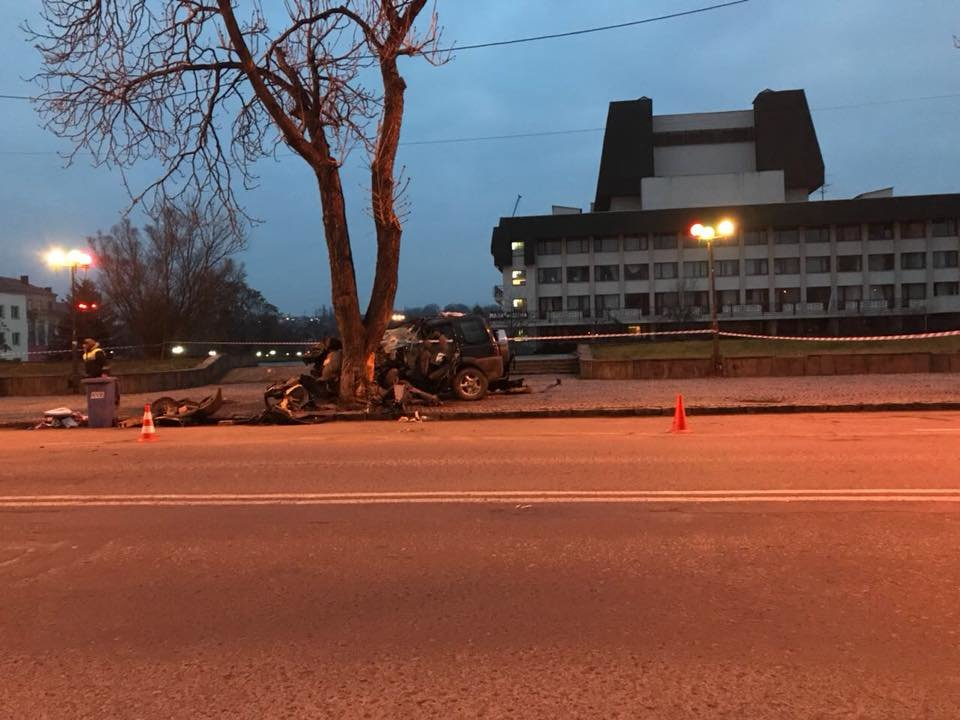 """В Ужгороді на Льва Толстого араби на """"Land Rover"""" врізалися в дерево: троє загинули на місці, один у реанімації (ОПЕРАТИВНІ ФОТО) , фото-13"""