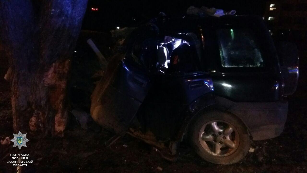 """В Ужгороді на Льва Толстого араби на """"Land Rover"""" врізалися в дерево: троє загинули на місці, один у реанімації (ОПЕРАТИВНІ ФОТО) , фото-3"""