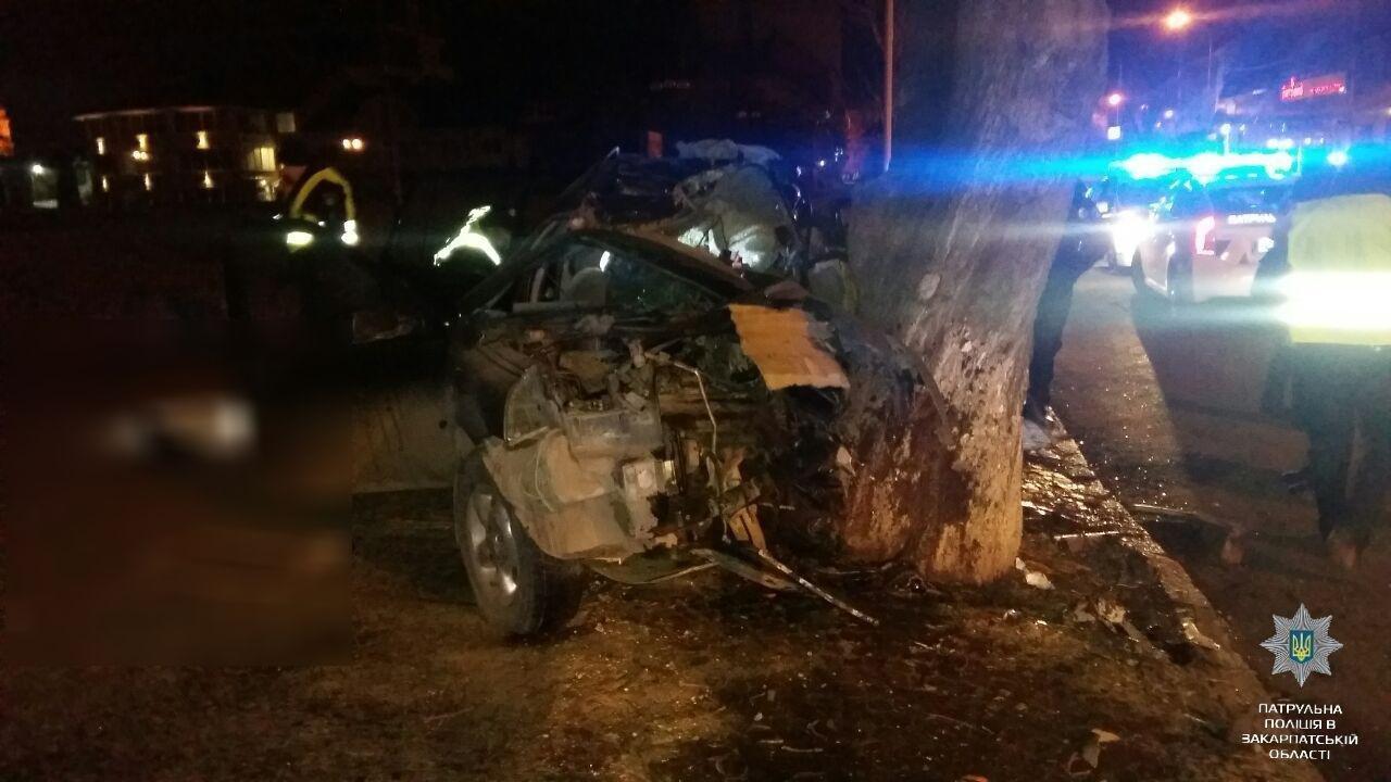 """В Ужгороді на Льва Толстого араби на """"Land Rover"""" врізалися в дерево: троє загинули на місці, один у реанімації (ОПЕРАТИВНІ ФОТО) , фото-2"""