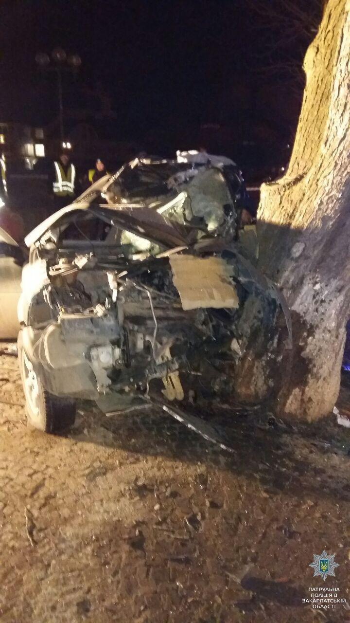 """В Ужгороді на Льва Толстого араби на """"Land Rover"""" врізалися в дерево: троє загинули на місці, один у реанімації (ОПЕРАТИВНІ ФОТО) , фото-1"""
