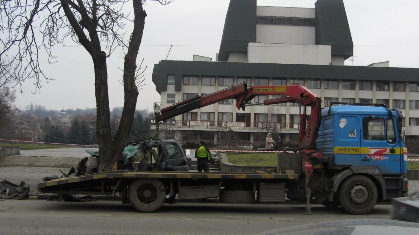 """В Ужгороді на Льва Толстого араби на """"Land Rover"""" врізалися в дерево: троє загинули на місці, один у реанімації (ОПЕРАТИВНІ ФОТО) , фото-6"""