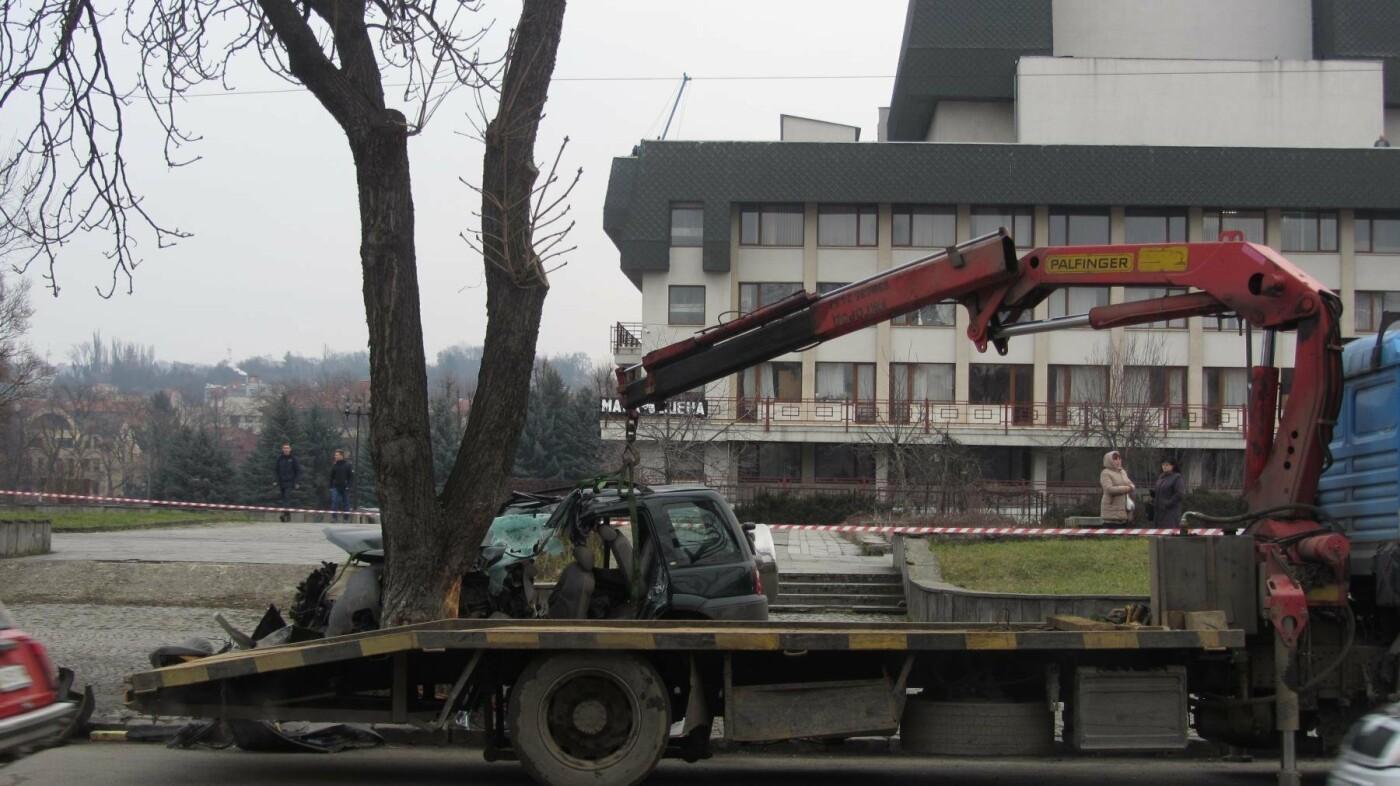"""В Ужгороді на Льва Толстого араби на """"Land Rover"""" врізалися в дерево: троє загинули на місці, один у реанімації (ОПЕРАТИВНІ ФОТО) , фото-7"""