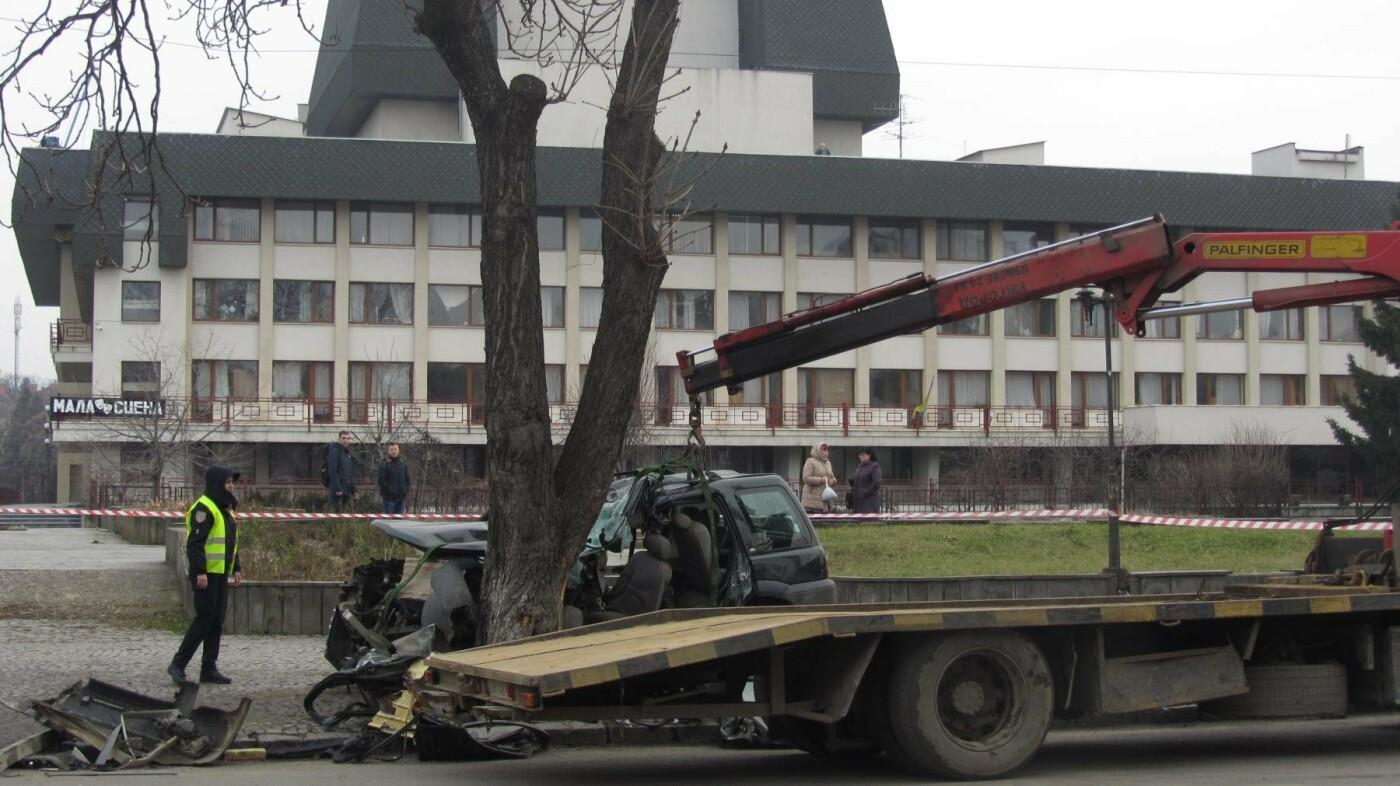 """В Ужгороді на Льва Толстого араби на """"Land Rover"""" врізалися в дерево: троє загинули на місці, один у реанімації (ОПЕРАТИВНІ ФОТО) , фото-9"""