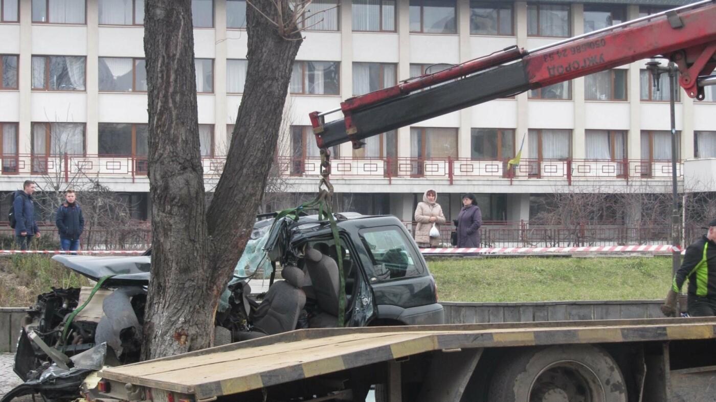 """В Ужгороді на Льва Толстого араби на """"Land Rover"""" врізалися в дерево: троє загинули на місці, один у реанімації (ОПЕРАТИВНІ ФОТО) , фото-11"""