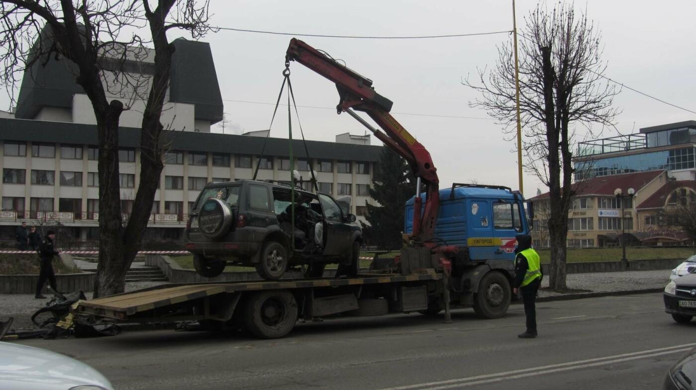 """В Ужгороді на Льва Толстого араби на """"Land Rover"""" врізалися в дерево: троє загинули на місці, один у реанімації (ОПЕРАТИВНІ ФОТО) , фото-5"""
