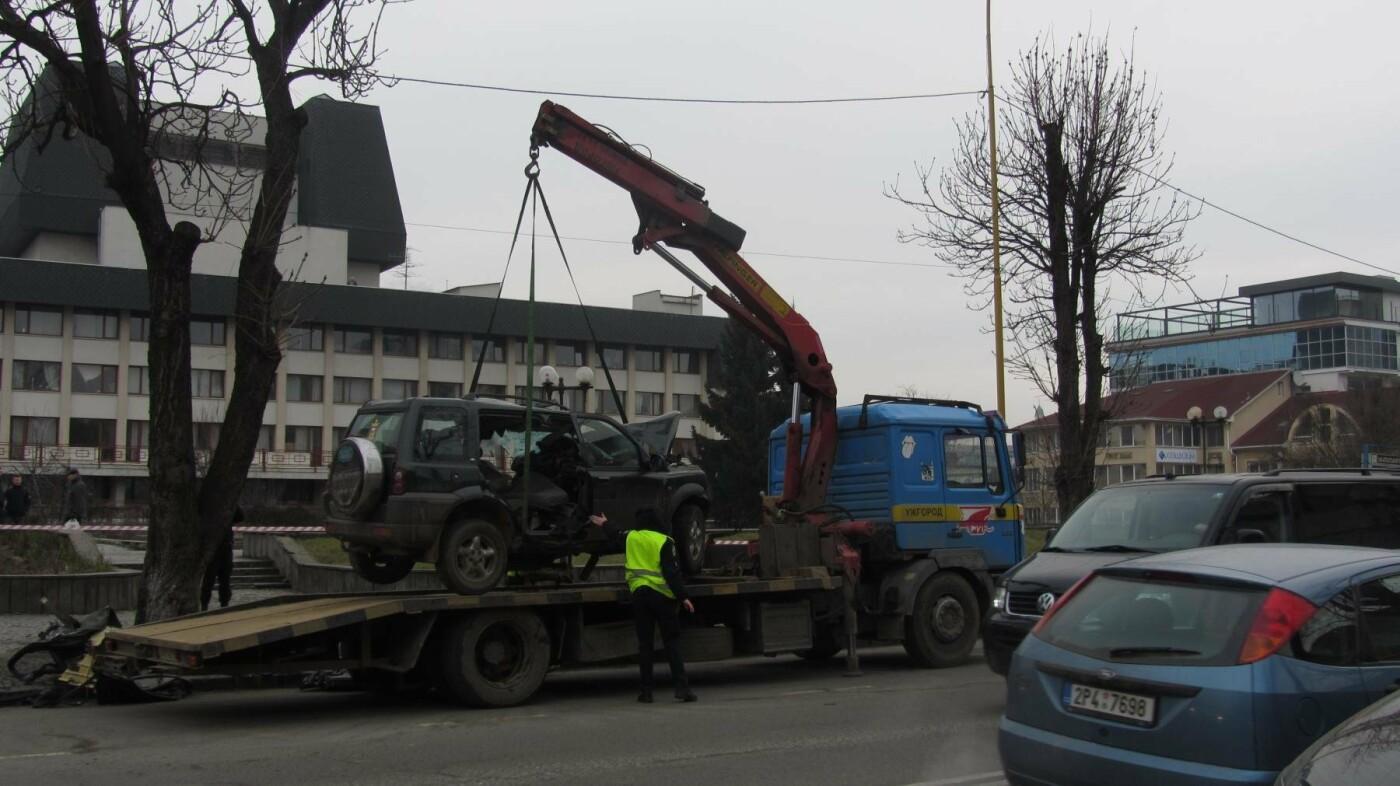 """В Ужгороді на Льва Толстого араби на """"Land Rover"""" врізалися в дерево: троє загинули на місці, один у реанімації (ОПЕРАТИВНІ ФОТО) , фото-4"""