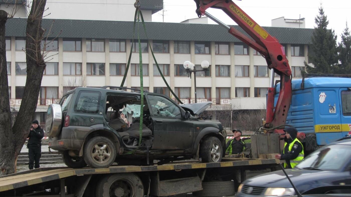 """В Ужгороді на Льва Толстого араби на """"Land Rover"""" врізалися в дерево: троє загинули на місці, один у реанімації (ОПЕРАТИВНІ ФОТО) , фото-10"""