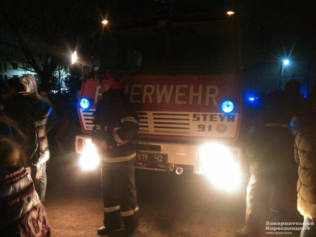 В Ужгороді загорівся 4-й гуртожиток УжНУ: 300 студентів евакуйовано,12 врятували за допомогою пожежних драбин (ФОТО, ОНОВЛЕНО))  , фото-3