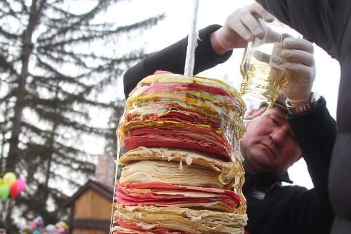 """Рекорд на """"Варишській палачінті"""": у Мукачеві збудували вежу із 1000 млинців (ФОТО), фото-1"""