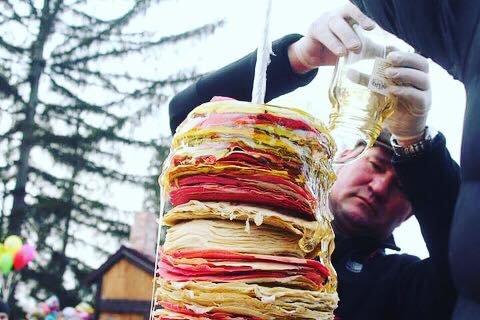 """Рекорд на """"Варишській палачінті"""": у Мукачеві збудували вежу із 1000 млинців (ФОТО), фото-3"""