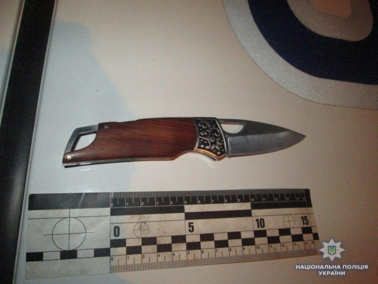 Пістолет і 4 ножі: в Ужгороді поліція зупинила іноземця, озброєного до зубів (ФОТО), фото-3