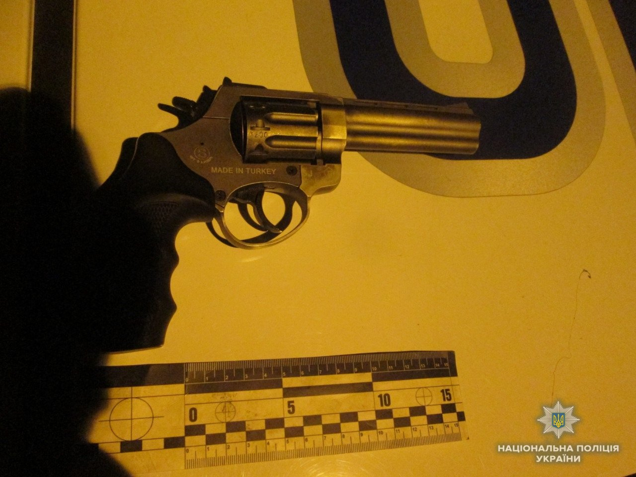 Пістолет і 4 ножі: в Ужгороді поліція зупинила іноземця, озброєного до зубів (ФОТО), фото-2