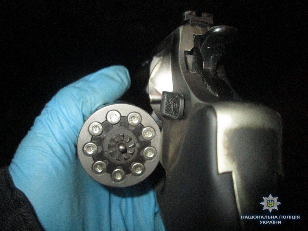 Пістолет і 4 ножі: в Ужгороді поліція зупинила іноземця, озброєного до зубів (ФОТО), фото-1