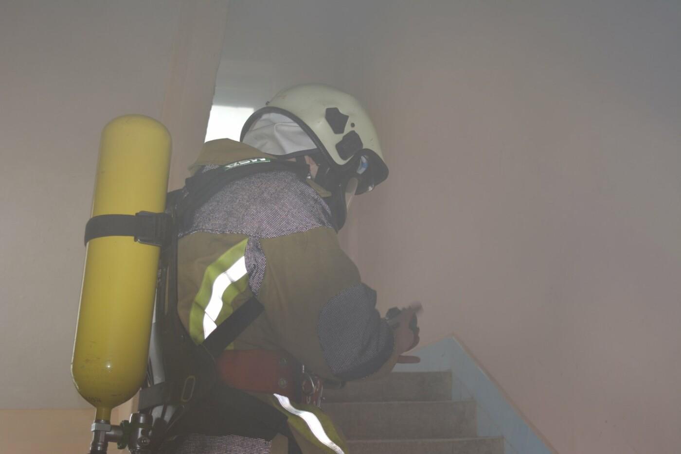 В Ужгороді - пожежа в готелі на Собранецькій: 42-х людей евакуйовано, ще одного врятували від смерті (ФОТО, ВІДЕО), фото-2