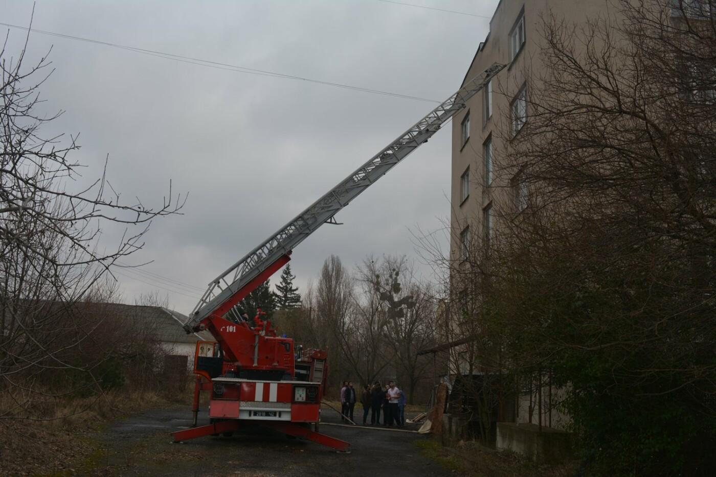 В Ужгороді - пожежа в готелі на Собранецькій: 42-х людей евакуйовано, ще одного врятували від смерті (ФОТО, ВІДЕО), фото-3