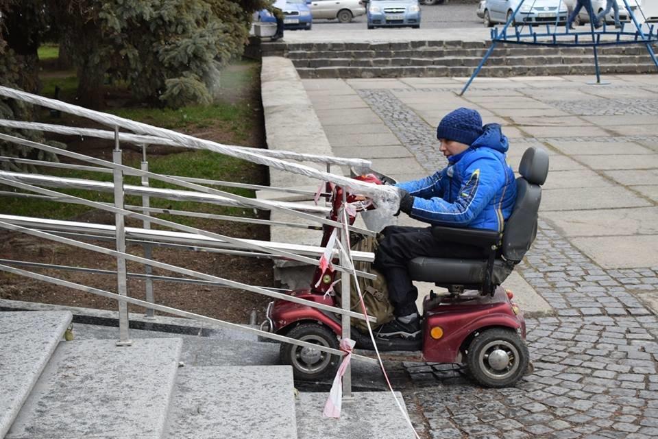 Першими в ужгородську мерію після реконструкції впустили інвалідів: перевіряли, чи їм зручно (ФОТОРЕПОРТАЖ), фото-2